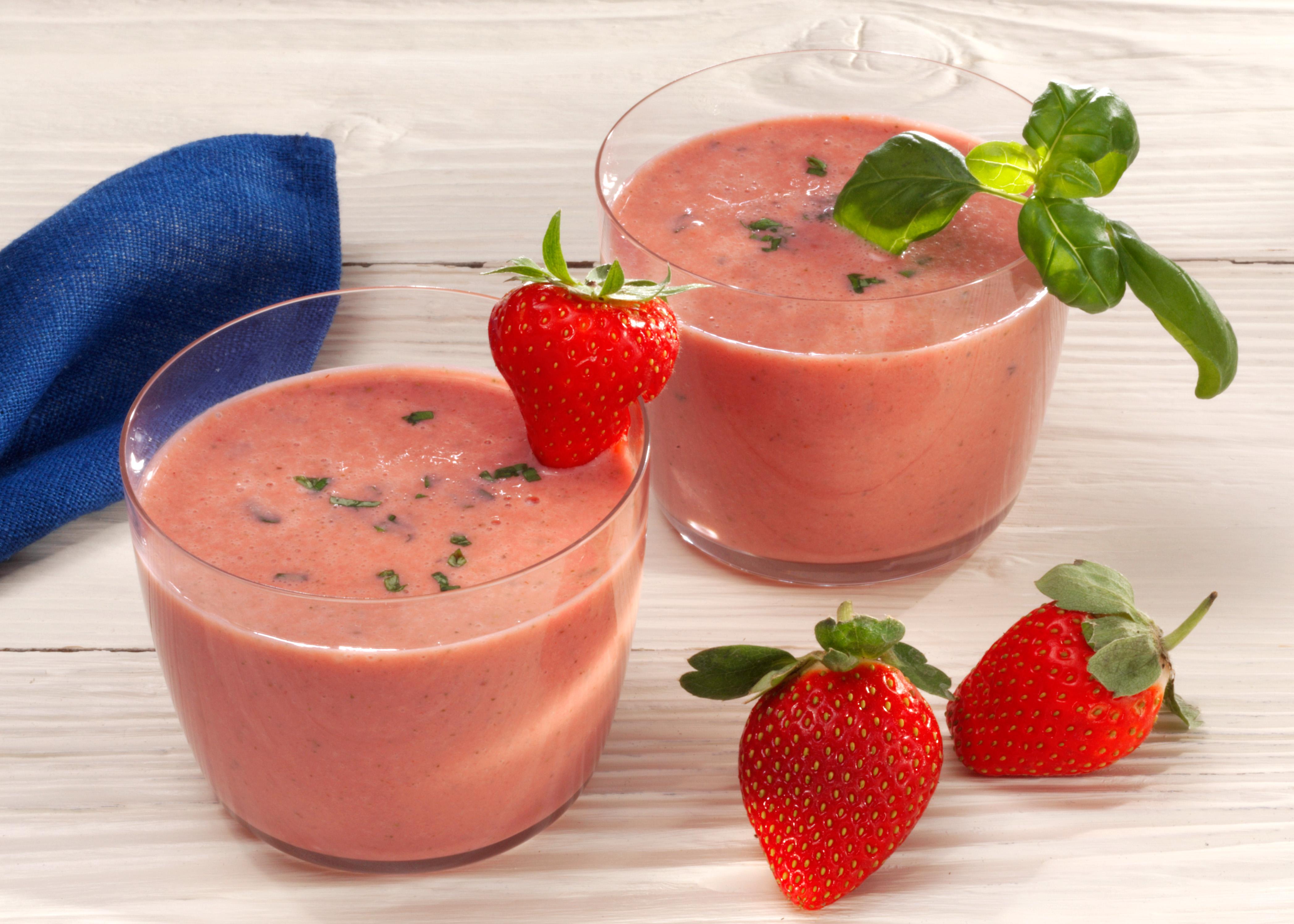 Erdbeer-Basilikum-Joghurt-Drink mit Holunderblütensirup - Getränke ...